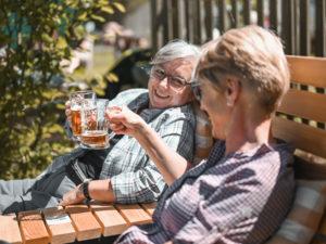 WanderBar - zwei Damen trinken ein Bier